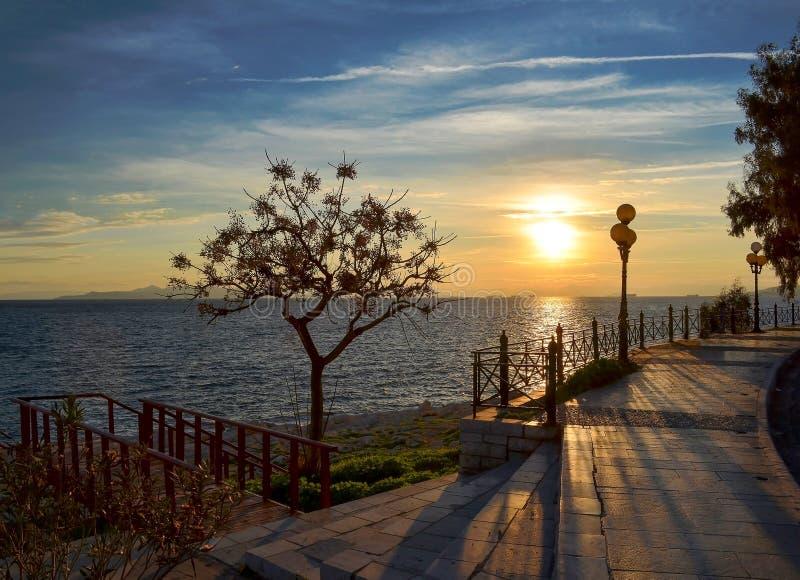 Calle peatonal sin gente en el puerto de Pireo imagenes de archivo