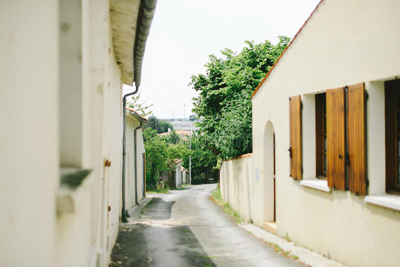 Calle pintoresca del pueblo fotos de archivo