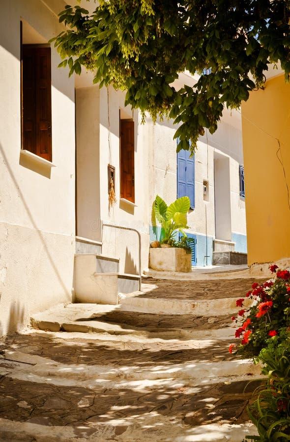 Calle pintoresca en algún pueblo griego fotografía de archivo libre de regalías