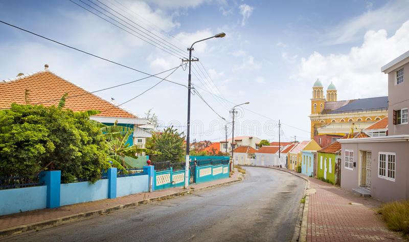 Calle por completo de casas coloridas en Willemstad, Curaçao fotos de archivo libres de regalías