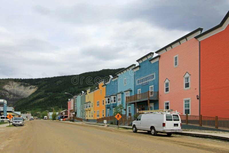 Calle principal con las casas de madera tradicionales típicas en Dawson City, Canadá foto de archivo