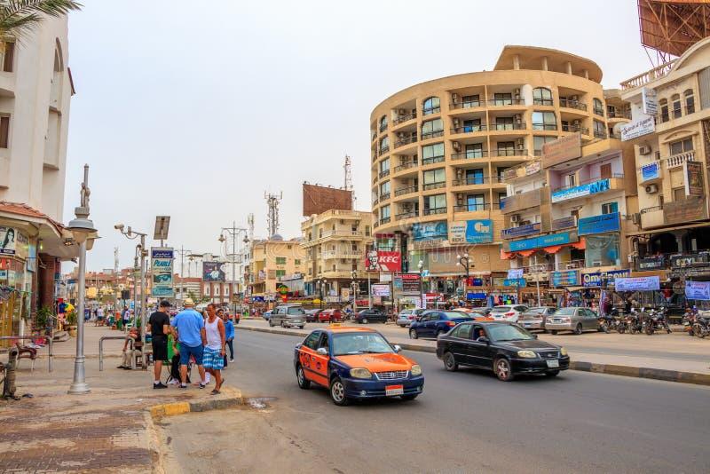 Calle principal con tráfico activo en Hurghada, Egipto fotos de archivo