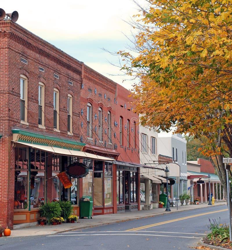 Calle principal de la pequeña ciudad imagenes de archivo