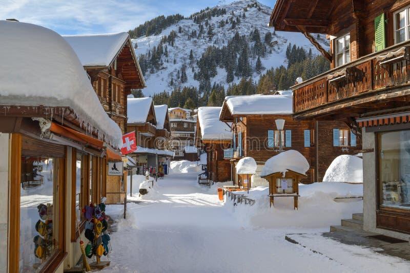 Calle principal en cubierto por la nieve en el pequeño pueblo de Murren, Suiza imagenes de archivo