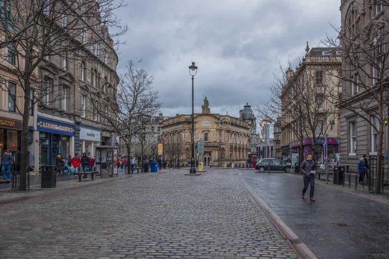 Calle principal en el centro de ciudad de Dundee con sus calles Cobbled impresionantes Escocia fotos de archivo