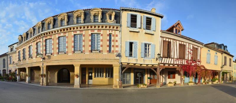 Calle principal en el pueblo francés Lupiac en Gascoña imagen de archivo libre de regalías
