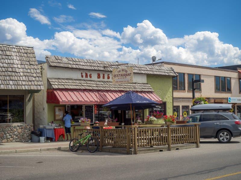 Calle principal en la ciudad de Invemere imagen de archivo