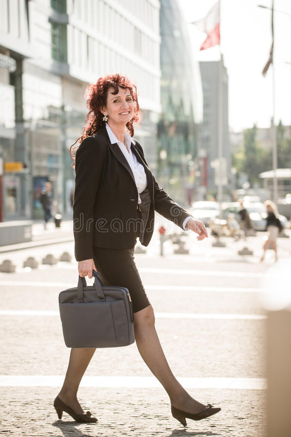 Calle que camina de la mujer de negocios foto de archivo