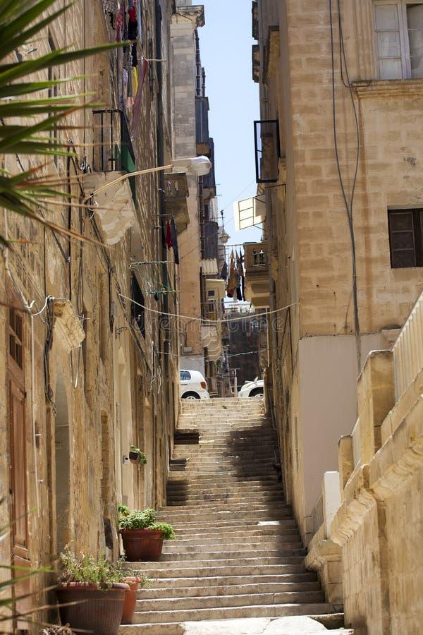 Calle que camina estrecha en la ciudad vieja de La Valeta, Malta. imagenes de archivo