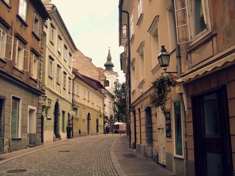 Calle residencial en Ljubljana, Eslovenia imagen de archivo
