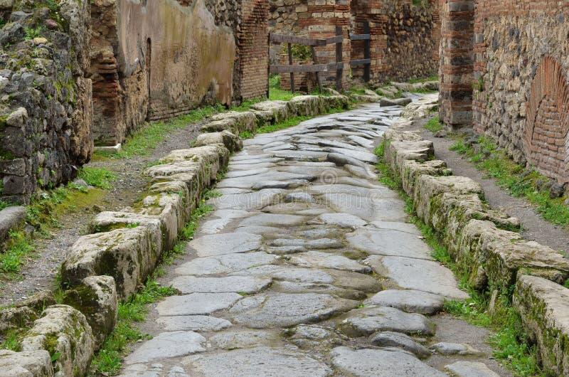 Calle restaurada en el Pompeya antiguo imagen de archivo