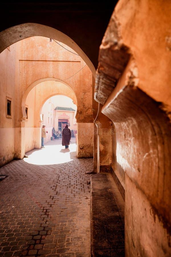 Calle roja estrecha del callejón en Medina de Marrakesh, Marruecos imagenes de archivo