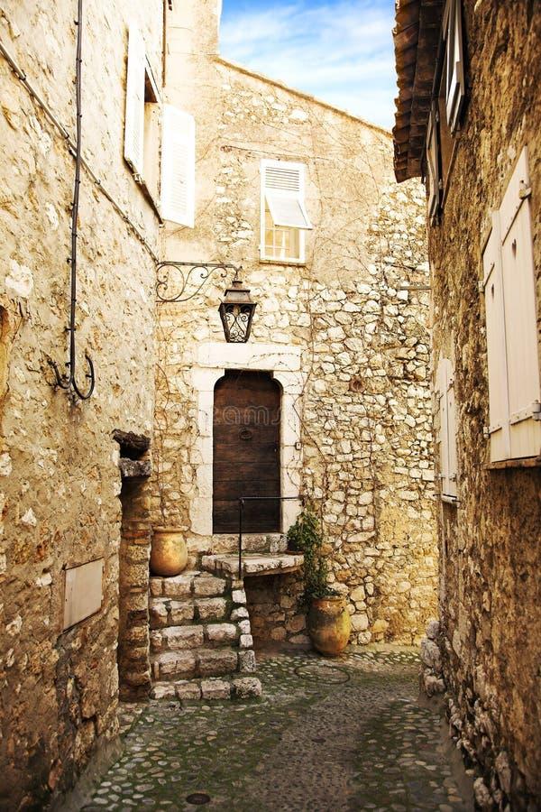 Calle romántica de la aldea fotografía de archivo libre de regalías