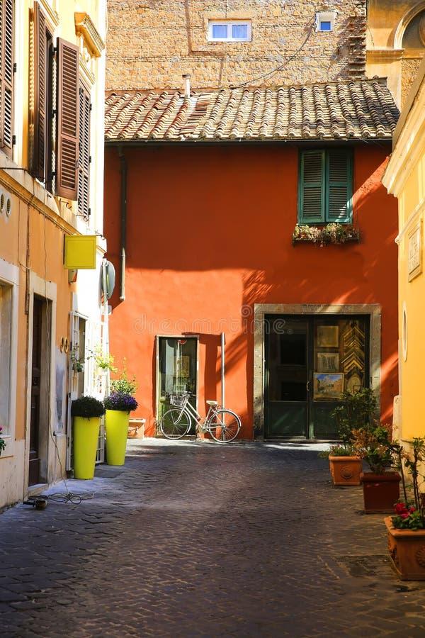 Calle romana vieja típica en Roma, Italia foto de archivo