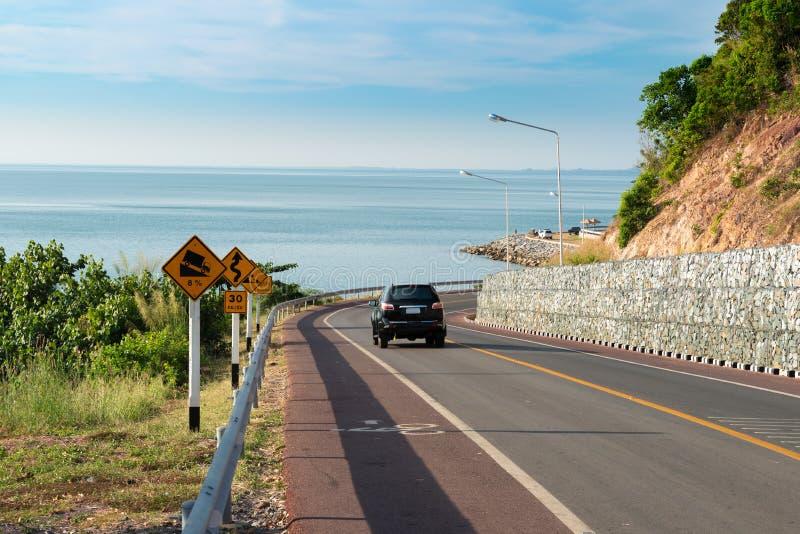 Calle secundaria del mar cerca de la montaña con el cielo azul en día claro en Chan imágenes de archivo libres de regalías