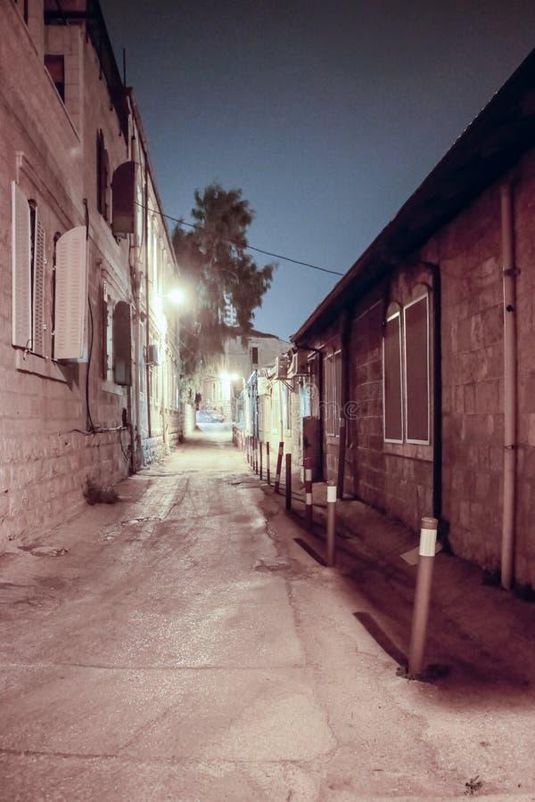 Calle silenciosa en la noche en el distrito de Nachlaot de Jerusalén, Israel fotos de archivo
