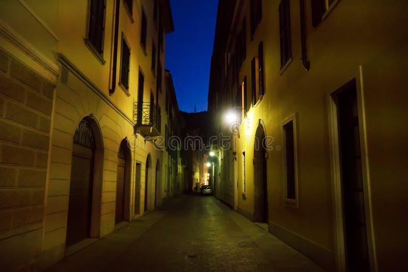 Calle sola iluminada en la noche fotografía de archivo libre de regalías