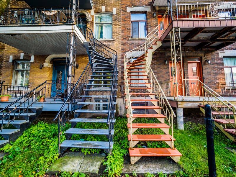 Calle típica de la vecindad de Montreal con las escaleras foto de archivo libre de regalías
