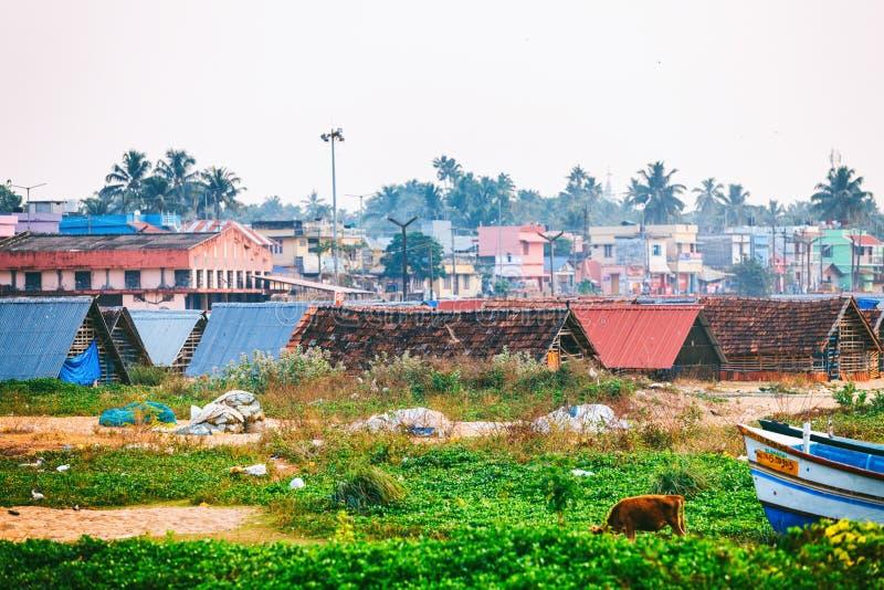 Calle típica del infante de marina del embarcadero de Kollam cerca de los barcos de pesca en la playa de Kollam, la India imagen de archivo libre de regalías