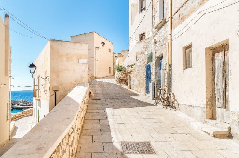 Calle típica del pequeño pueblo en la isla de Levanzo, Trapan, Italia imágenes de archivo libres de regalías