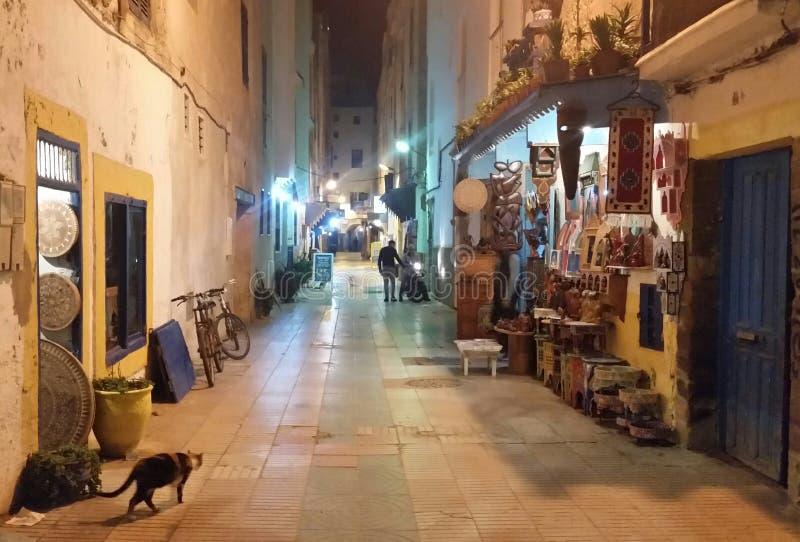 Calle típica en la ciudad vieja de Medina en Essaouira, Marruecos fotos de archivo