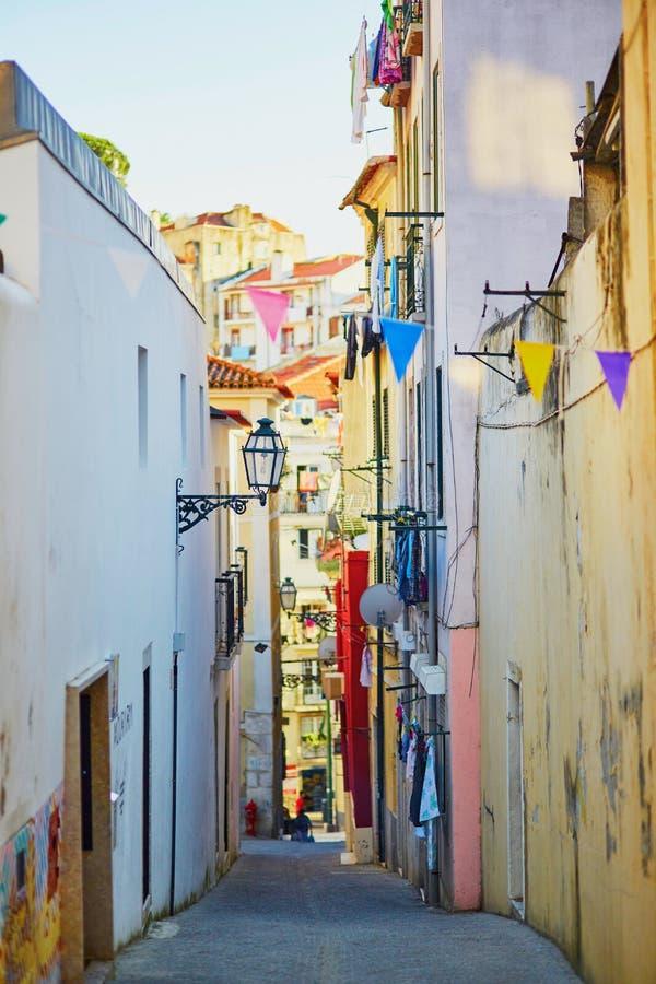 Calle típica en Lisboa, Portugal imágenes de archivo libres de regalías