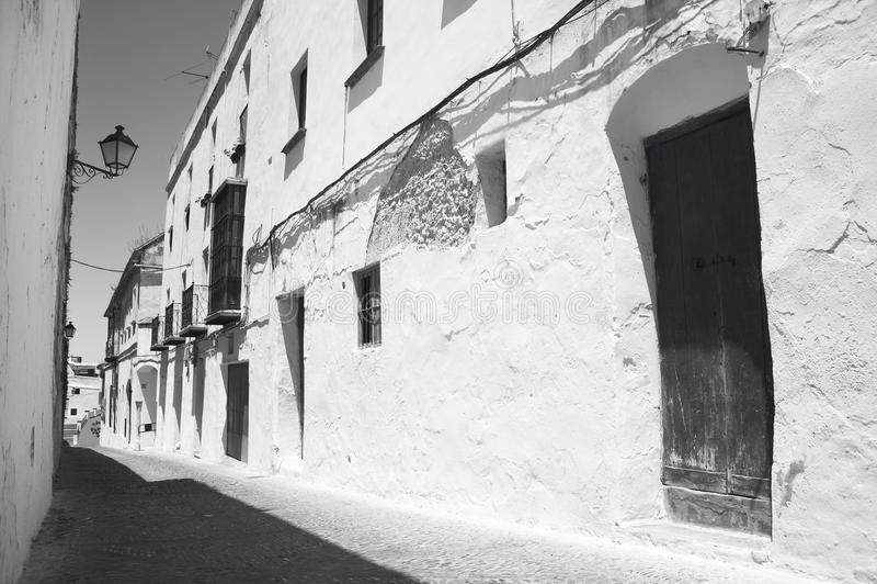 Calle tradicional andaluz con las paredes blancas españa foto de archivo libre de regalías