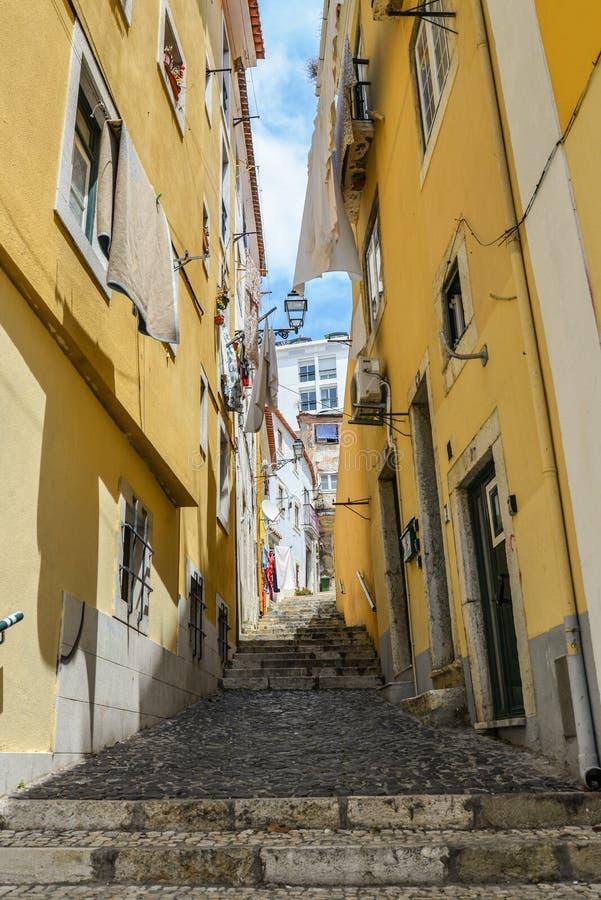 Calle tradicional con la escalera en Alfama imágenes de archivo libres de regalías