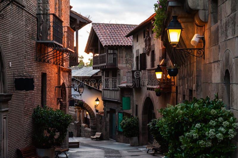 Calle tradicional del pueblo español medieval en la ciudad de Barcelona, Cataluña, España fotografía de archivo