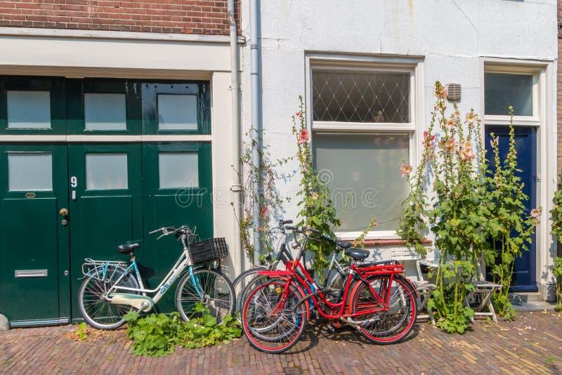 Calle tranquila agradable en el centro de ciudad de Haarlem con una arquitectura holandesa histórica y pequeñas casas y bicicleta imagen de archivo
