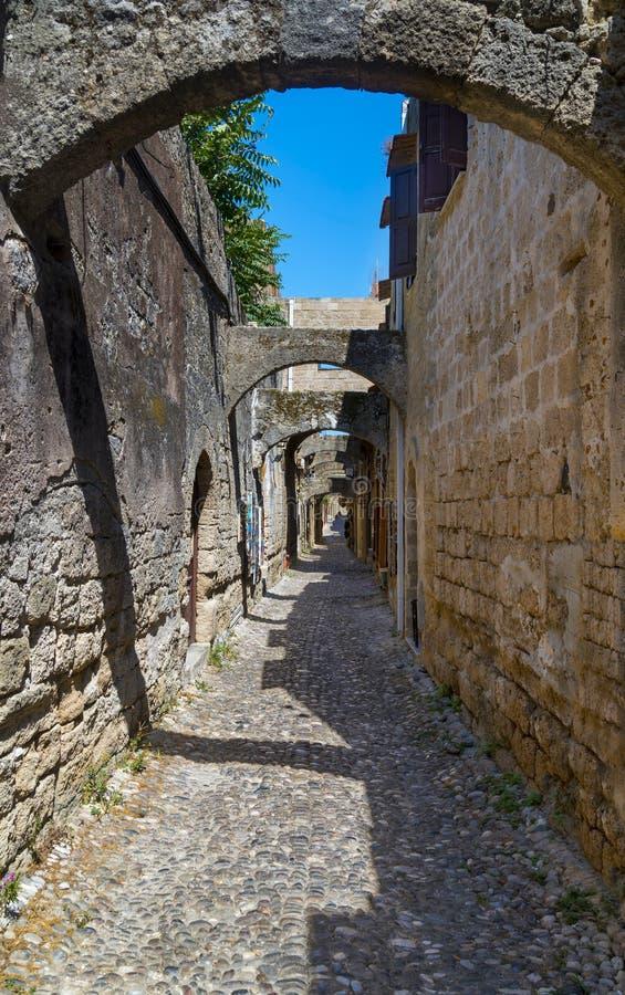 Calle trasera en la ciudad medieval de Rodas foto de archivo libre de regalías