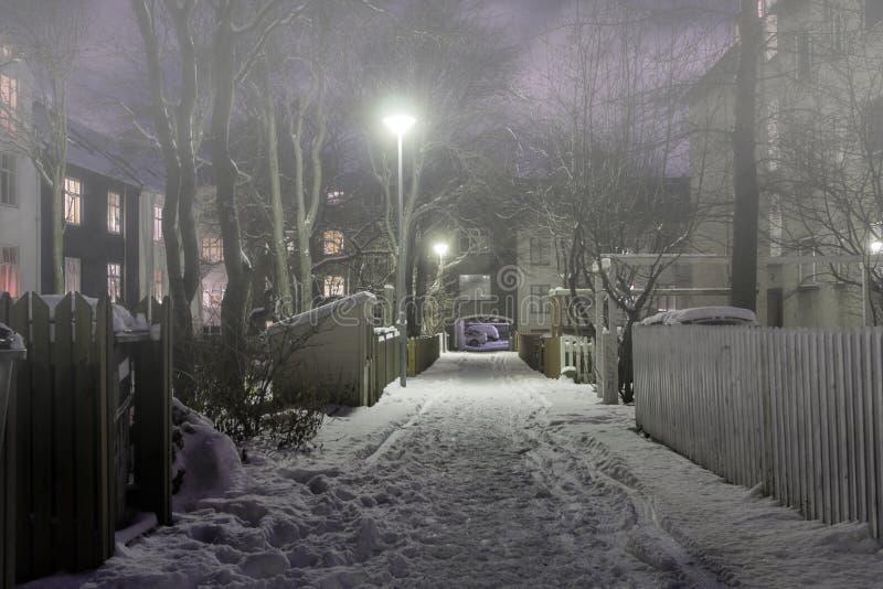 Calle trasera en una noche de invierno nublada fotografía de archivo