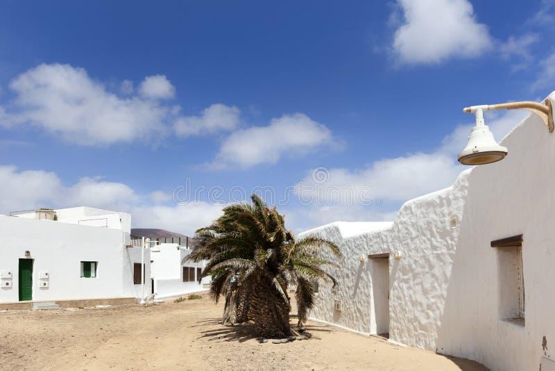 Calle vacía con la arena y casas blancas en Caleta de Sebo en el La Graciosa de la isla imagen de archivo libre de regalías