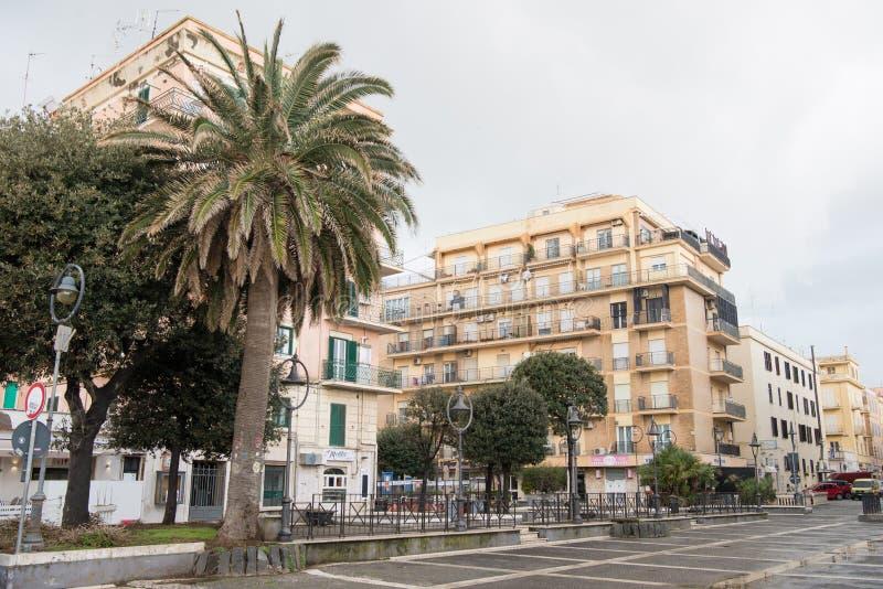 calle vacía de la ciudad europea debajo del cielo nublado, Anzio, Italia imágenes de archivo libres de regalías