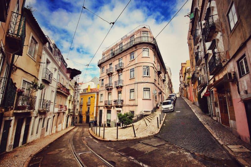 Calle vacía de Lisboa con las pistas de la tranvía fotografía de archivo libre de regalías