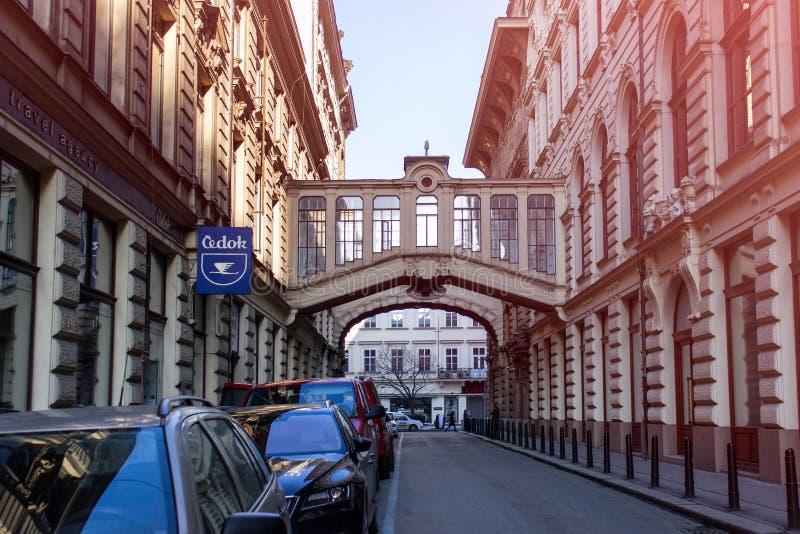 Calle vac?a en centro de ciudad de Praga fotografía de archivo