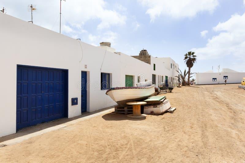 Calle vac?a con la arena y casas blancas en Caleta de Sebo en el La Graciosa de la isla imagen de archivo