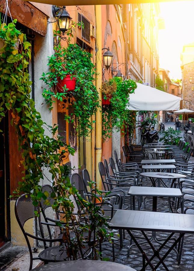 Calle vieja acogedora en Trastevere en Roma fotografía de archivo