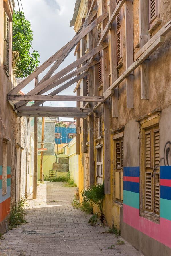Calle vieja con las opiniones de Otrobanda Curaçao del trabajo de arte foto de archivo libre de regalías