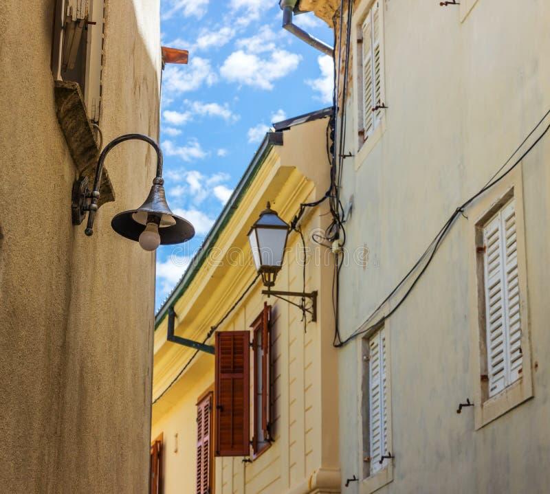 Calle vieja de la ciudad de Krk de la isla imágenes de archivo libres de regalías