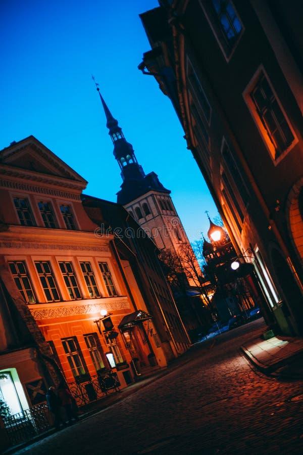 Calle vieja de la ciudad en la puesta del sol imagenes de archivo