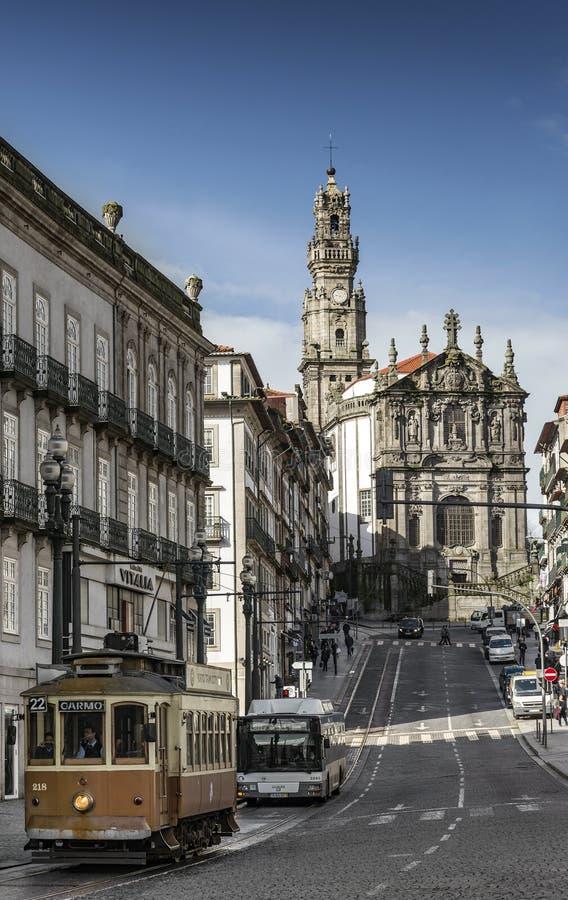 Calle vieja de la ciudad de Oporto Portugal con la tranvía y el autobús imagen de archivo libre de regalías