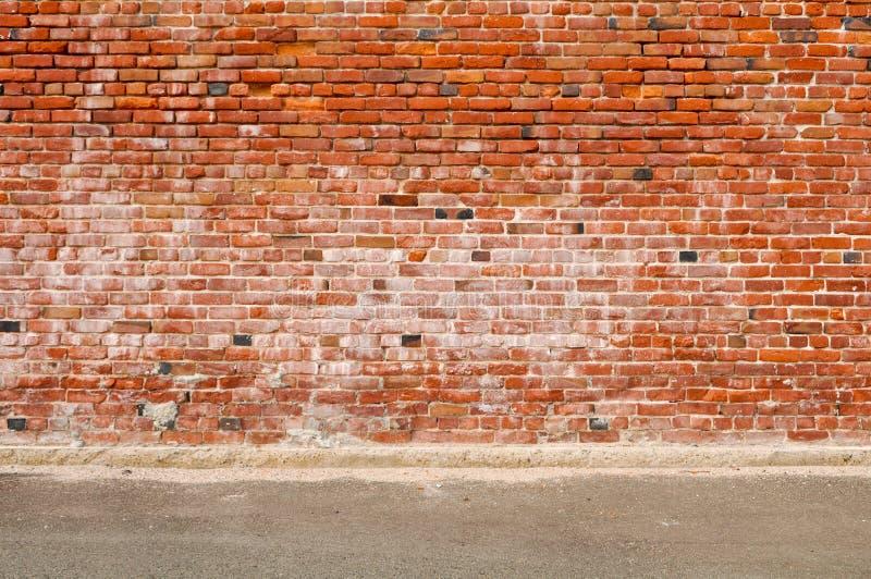 Calle vieja de la pared de ladrillo y del camino foto de archivo libre de regalías