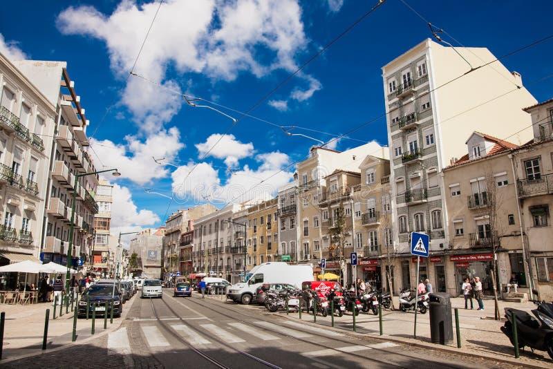 Calle vieja de Lisboa con las pistas en un día suny hermoso, Portugal de la tranvía imágenes de archivo libres de regalías