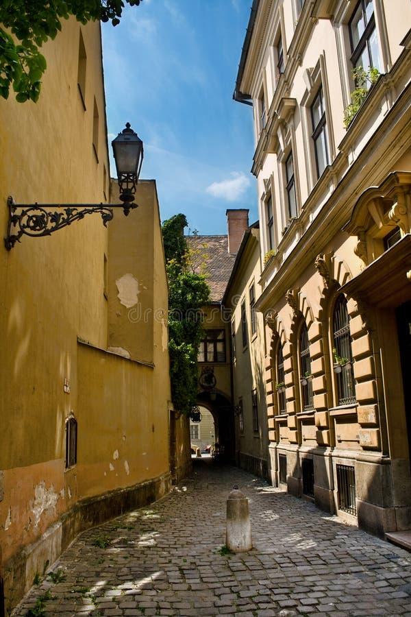 Calle vieja en Budapest foto de archivo
