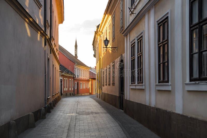 Calle vieja en Eger, Hungría foto de archivo