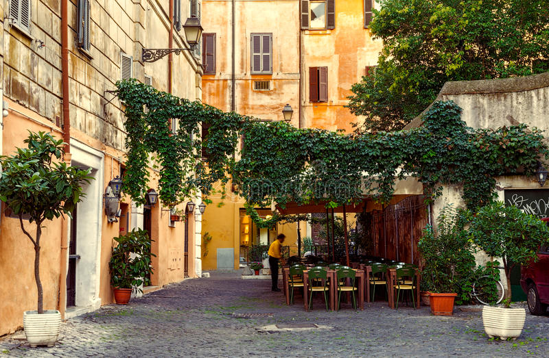 Calle vieja en Trastevere en Roma imagenes de archivo