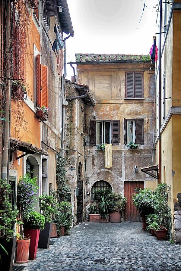 Calle vieja en trastevere roma imagen de archivo