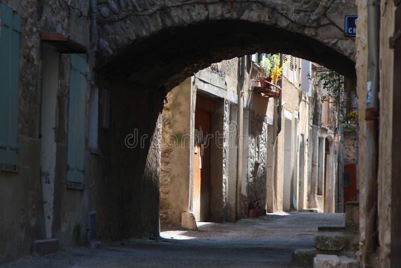 Calle vieja en un pueblo de Provence fotografía de archivo