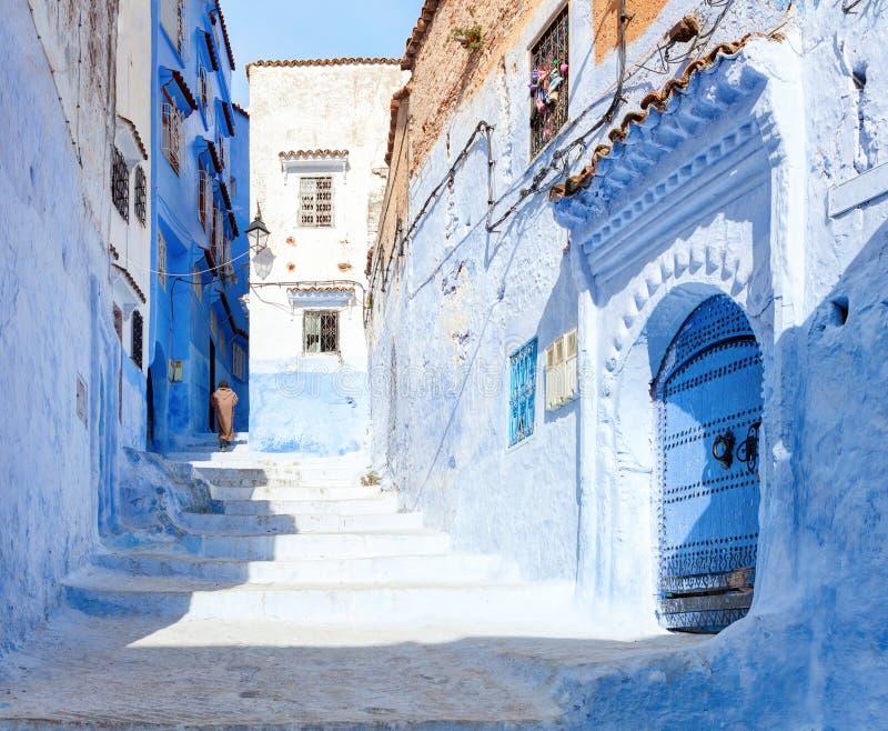 Calle vieja estrecha en Medina en la mañana soleada, Chefchaouen, Marruecos imagenes de archivo